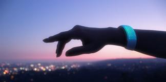 foto di elemoon, il gioiello intelligente. si tratta di un bracciale