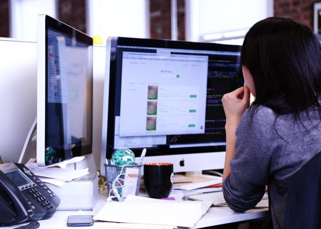 donna seduta davanti a monitor