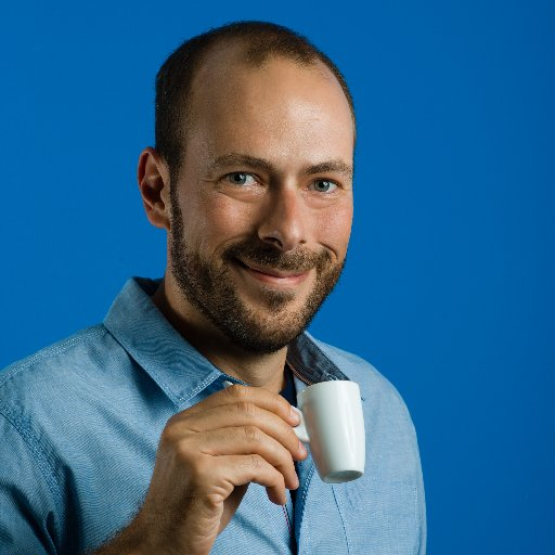 Massimo Chieruzzi, CEO di AdEspresso con in mano una tazzina bianca di caffe