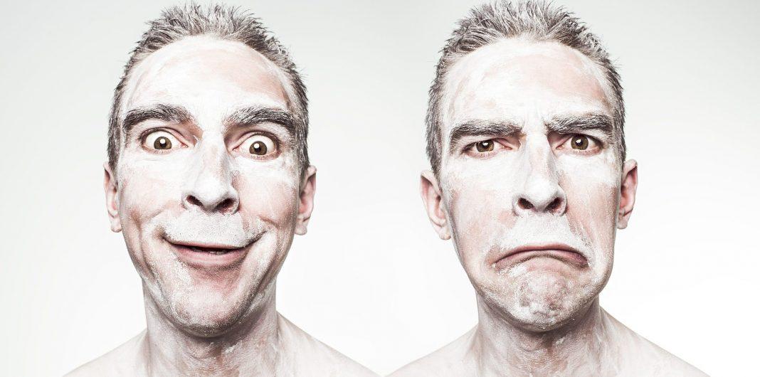 uomo con delle farina in faccia che fa delle boccacce