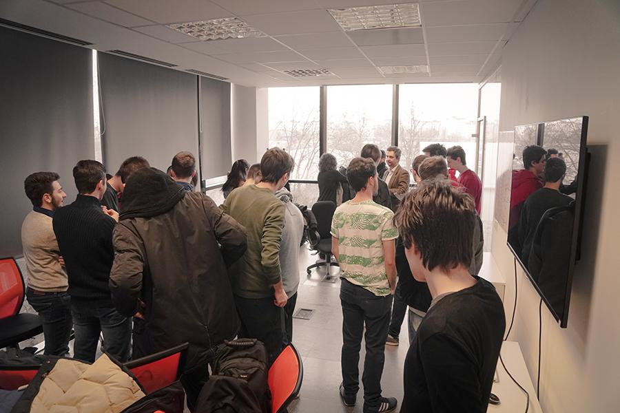 Foto scattata il giorno dell' evento, Paolo costa insieme agli studenti