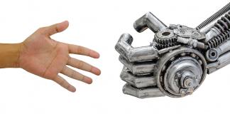 uomo che stringe la mano ad un robot