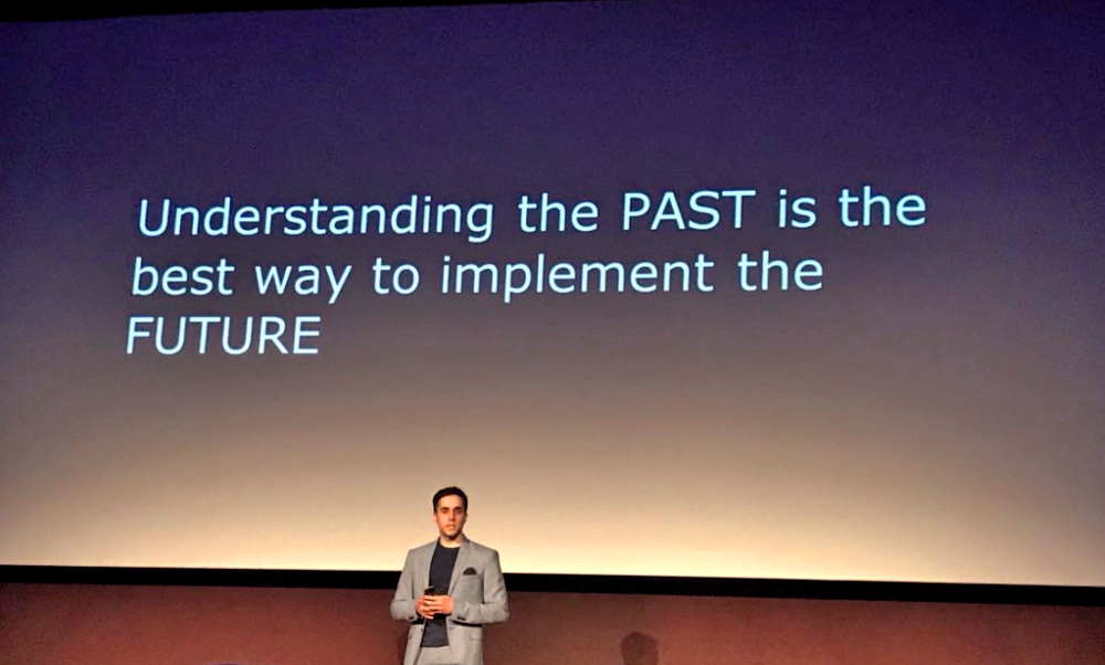 Foto scattata ad una slide con scritto: Understanding the PAST is the best way to implement the FUTURE
