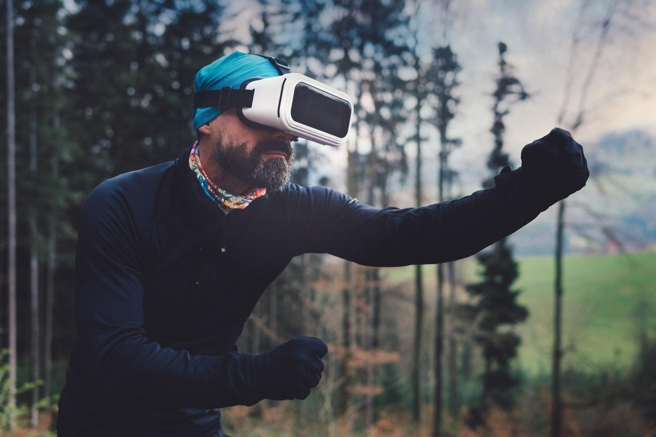 Uomo con occhiali per il VR