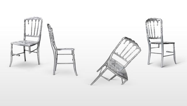 sedia con pezzi mancanti