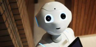 CES 2019: robot che guarda nell'obiettivo