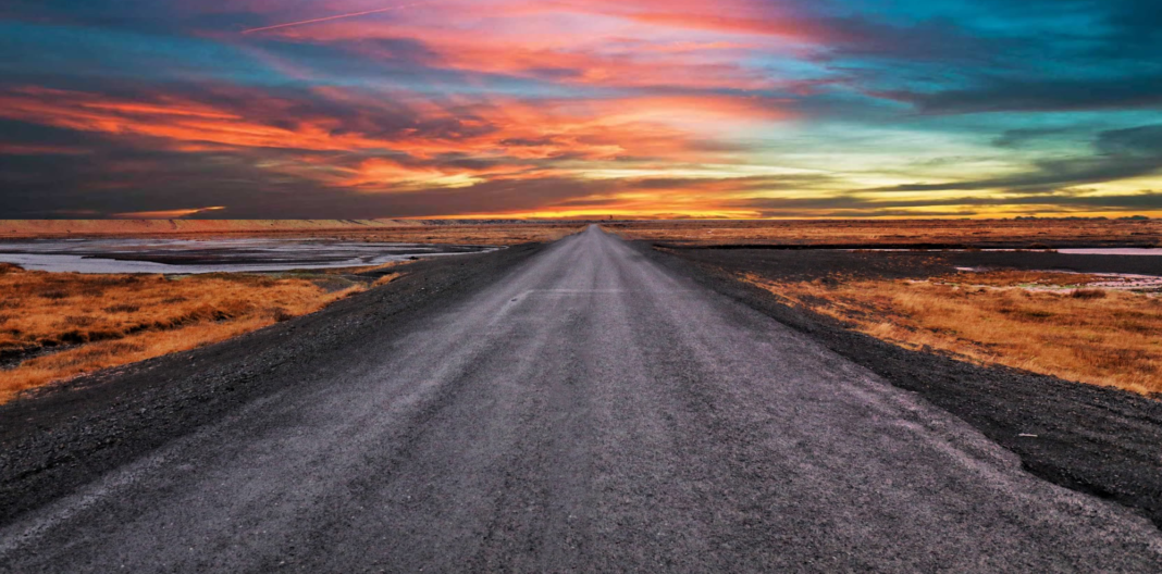 Strada lunga con tramonto apocalittico